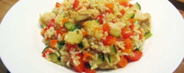 salade de riz piquante au poulet et à l'ananas